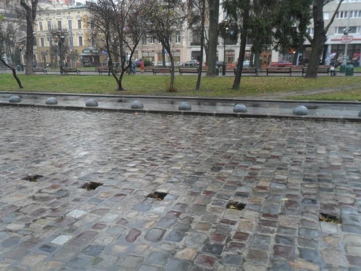 У центрі Львова монтують світловідбиваючі склокульки (ФОТО) (фото) - фото 1