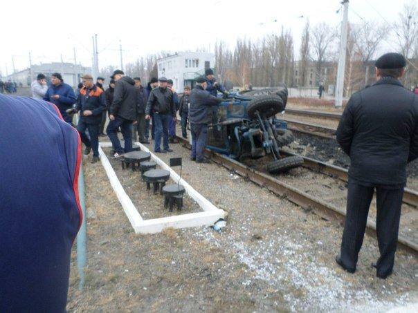 На Харьковском вокзале «брошенный» вагон раздавил трактор (фото) - фото 1