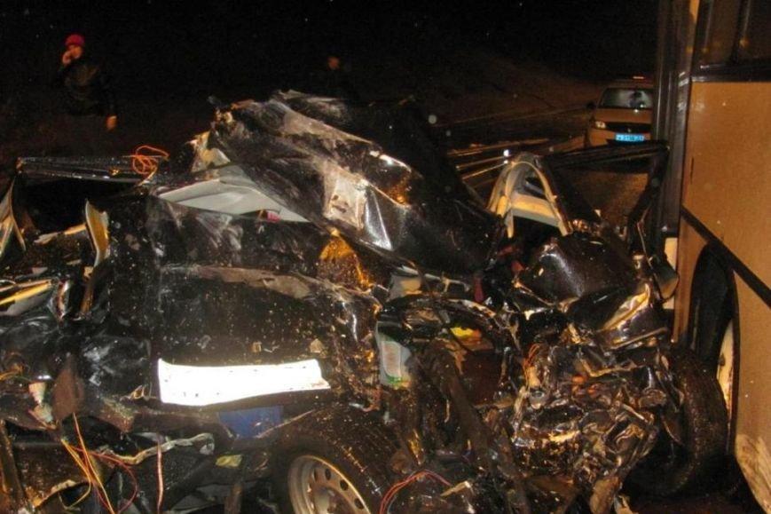 В Белгороде в столкновении автобуса и двух легковушек погибла девушка (фото) - фото 1