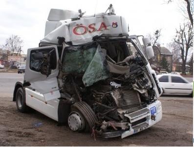 ДТП Вінниця: вантажівка влетіла у зерновоза (фото) - фото 1