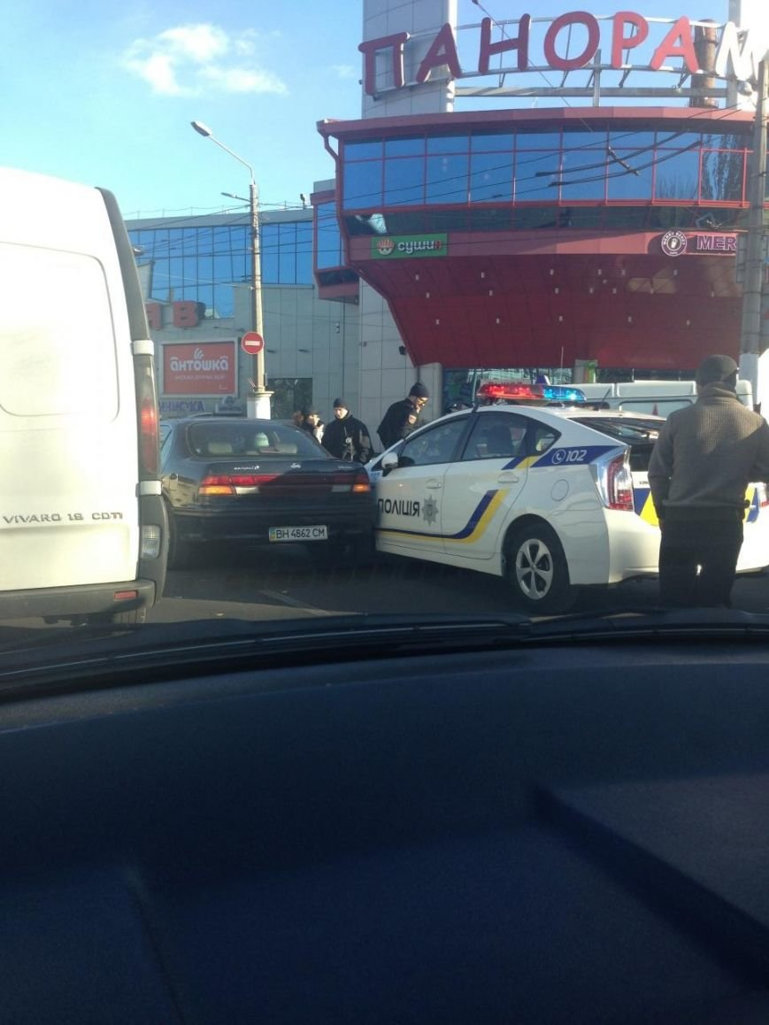 35c13b4beb6a64980316bbd1f3b07c54 В Одессе автомобиль полиции попал в аварию