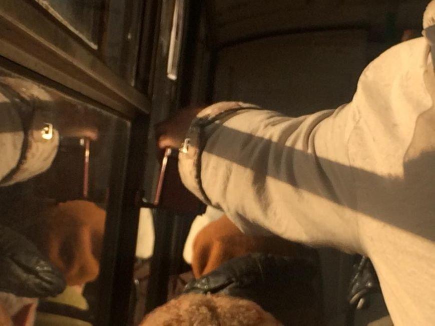 Мариупольцы теперь должны компостировать билеты в троллейбусе (Фотофакт), фото-2