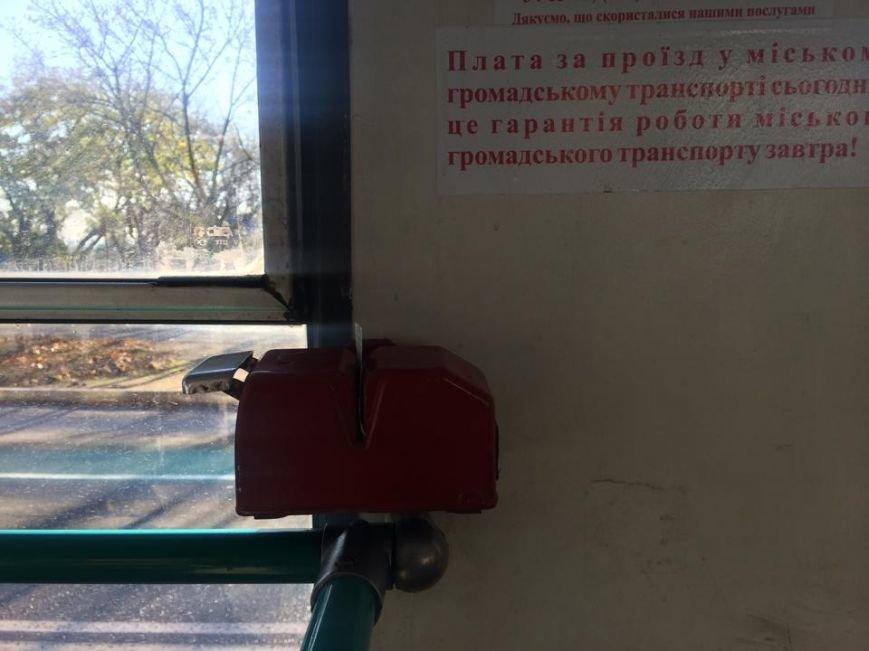 Мариупольцы теперь должны компостировать билеты в троллейбусе (Фотофакт), фото-1