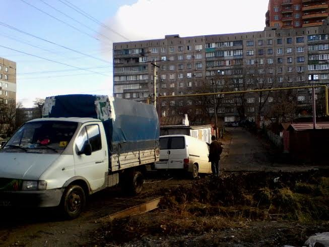 Мариупольская яма не пощадила «Volkswagen Т4» (ФОТО) (фото) - фото 1