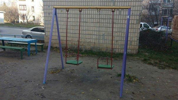 Крадіжка чи вандалізм: у Тернополі діти залишились без гойдалок (фото) (фото) - фото 1