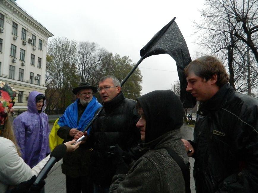 В Запорожье под ливнем собрались протестующие с черным флагом, - ФОТО (фото) - фото 1