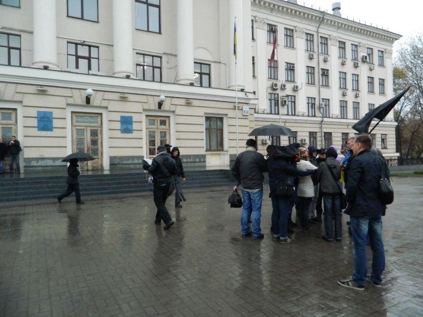 В Запорожье под ливнем собрались протестующие с черным флагом, - ФОТО (фото) - фото 2