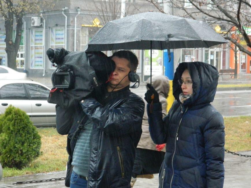 В Запорожье под ливнем собрались протестующие с черным флагом, - ФОТО (фото) - фото 5