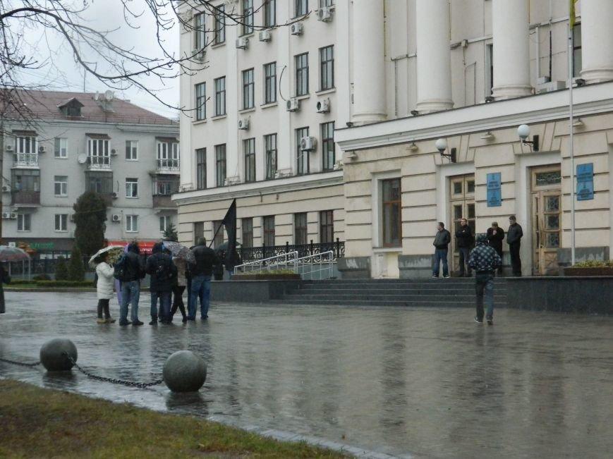 В Запорожье под ливнем собрались протестующие с черным флагом, - ФОТО (фото) - фото 6