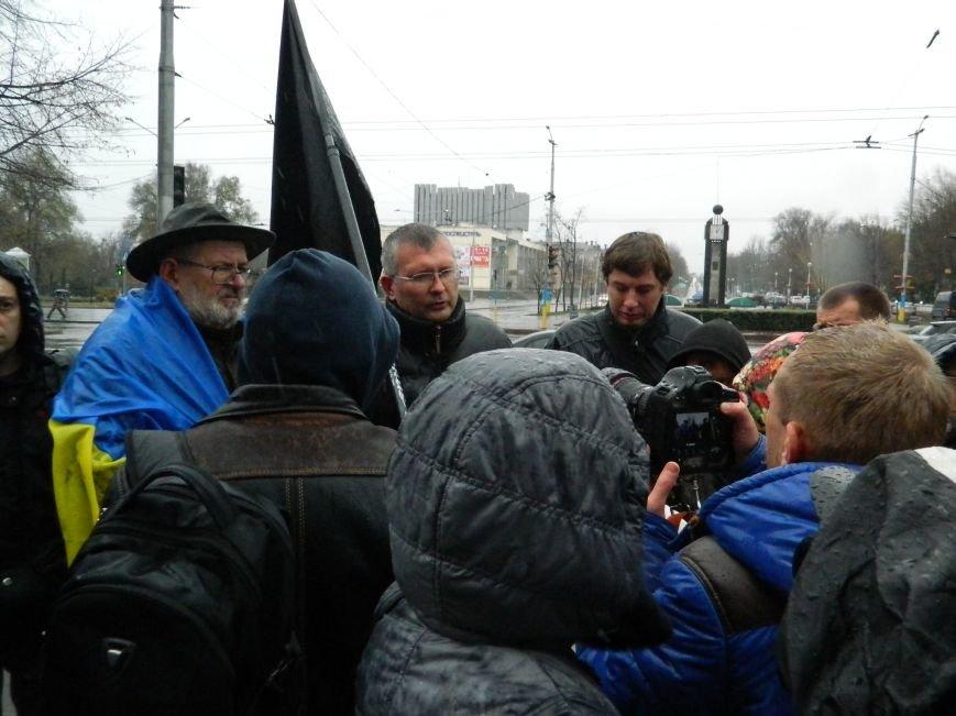 В Запорожье под ливнем собрались протестующие с черным флагом, - ФОТО (фото) - фото 3