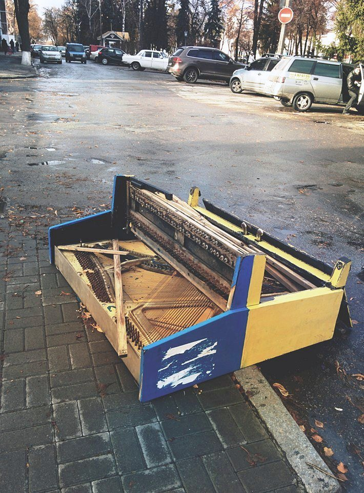 В Сумах процветает вандализм: в центре города сломали пианино (ФОТО), фото-1