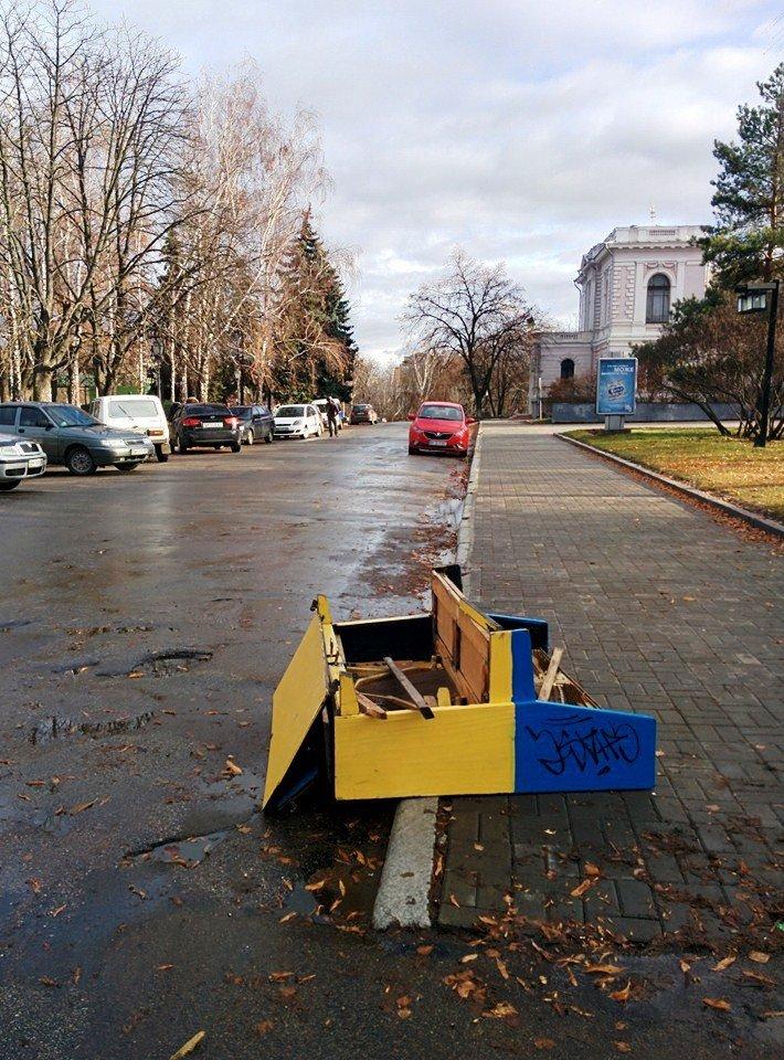 В Сумах процветает вандализм: в центре города сломали пианино (ФОТО), фото-3