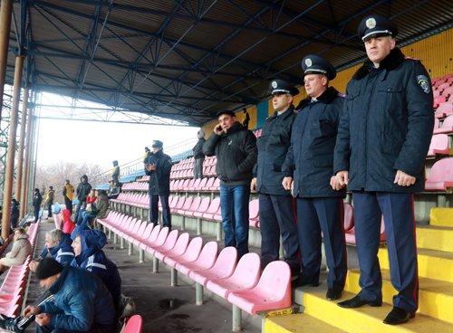 Полицейские Мариуполя под дождем обеспечили правопорядок при проведении матча между «Ильичевцем» и «Оболонь-Броваром» (ФОТОРЕПОРТАЖ), фото-1