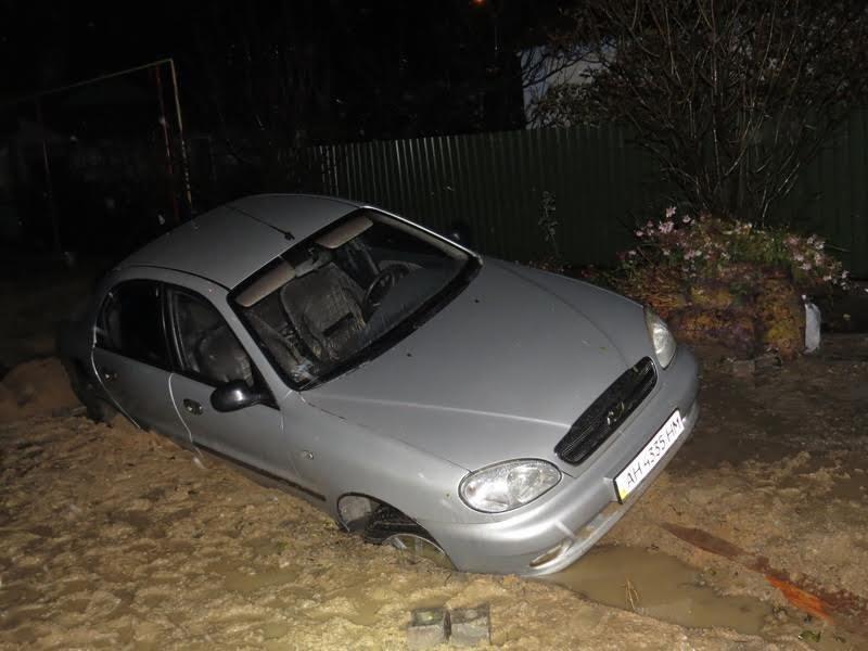 В Мариуполе автомобиль такси провалился под землю (ФОТО) (фото) - фото 1