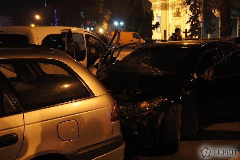 """""""Хонда"""" на великій швидкості врізалась в чотири машини посеред Тернополя (фото) (фото) - фото 1"""