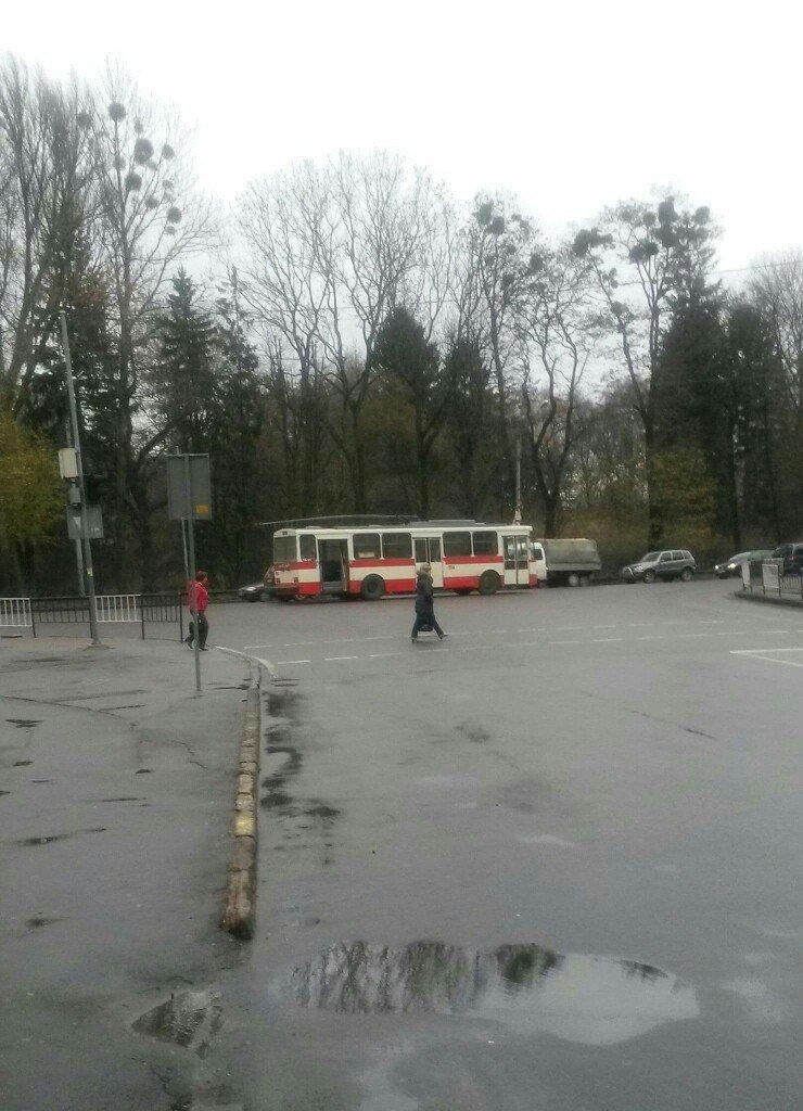 Ранок починається не з кави: львівські водії змушені простоювати у заторах, які спричинили кілька аварій (ФОТО) (фото) - фото 2