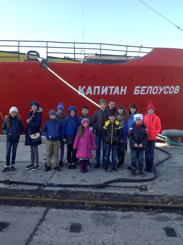 Мариупольские школьники побывали в порту и увидели, как ремонтируют корабли (фото) - фото 1