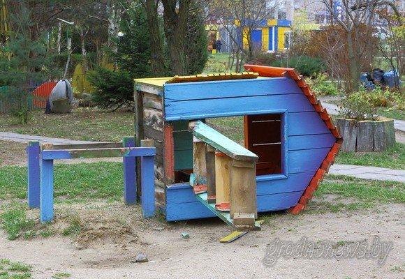 Фотофакт: в Гродно вандалы разгромили детскую площадку (фото) - фото 1