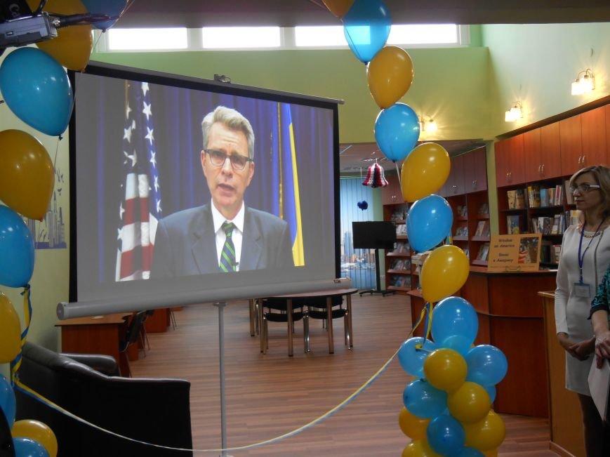 Сегодня в Центральной библиотеке Славянска торжественно открыли «Окно в Америку» (фото) - фото 3