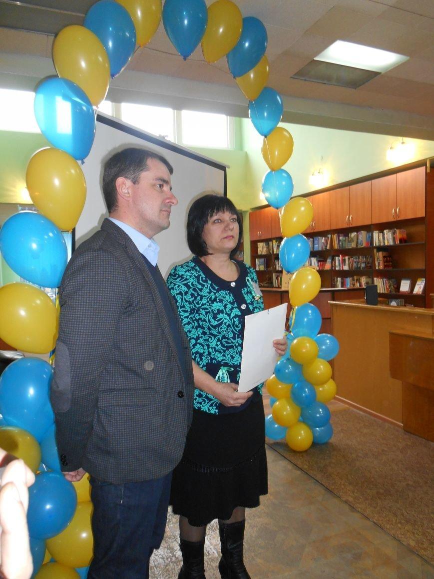 Сегодня в Центральной библиотеке Славянска торжественно открыли «Окно в Америку» (фото) - фото 1