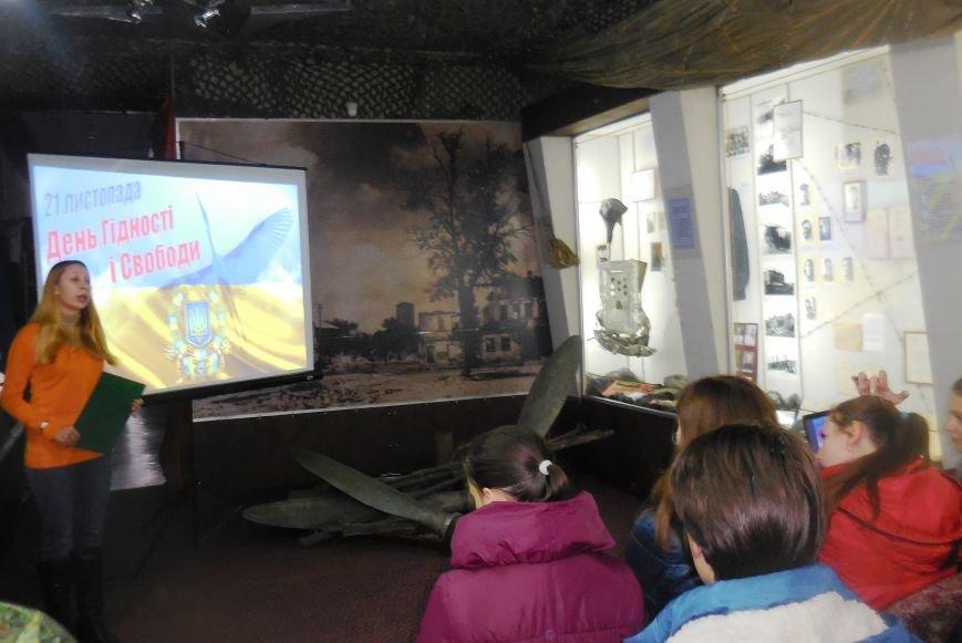 В Красноармейском музее школьники ощутили дух майдана (фото) - фото 1