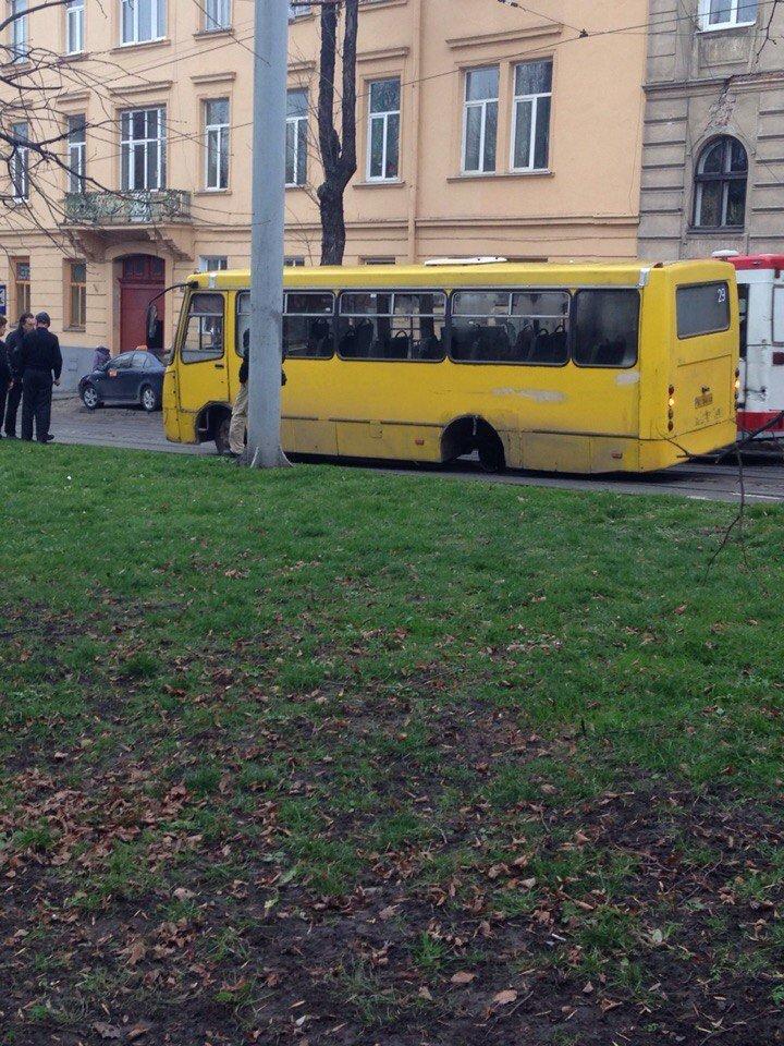 У Львові під час руху в автобуса відлетіло колесо (ФОТО) (фото) - фото 1