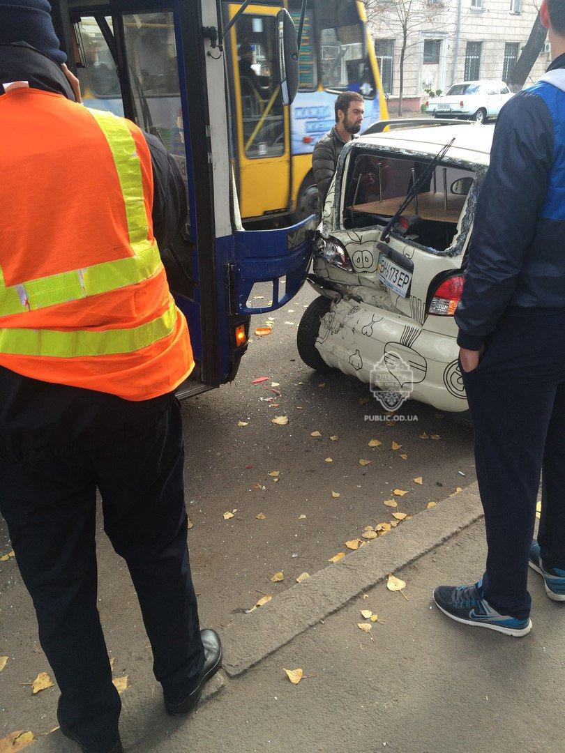 Семь машин, один автобус: в Одессе случилось массовое ДТП (ФОТО) (фото) - фото 1