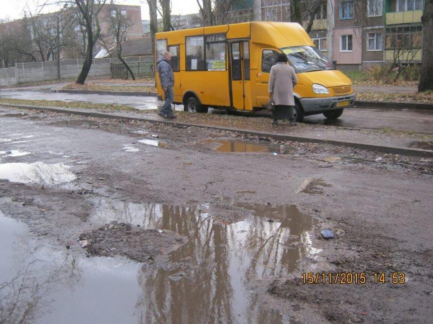 Водители черниговской маршрутки №32 ходят в туалет прямо на остановке, фото-4