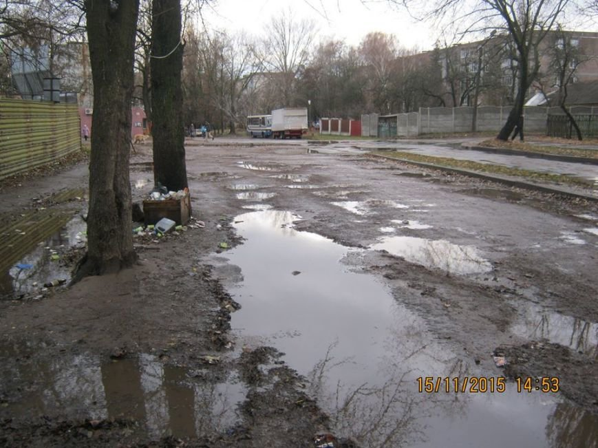 Водители черниговской маршрутки №32 ходят в туалет прямо на остановке, фото-2