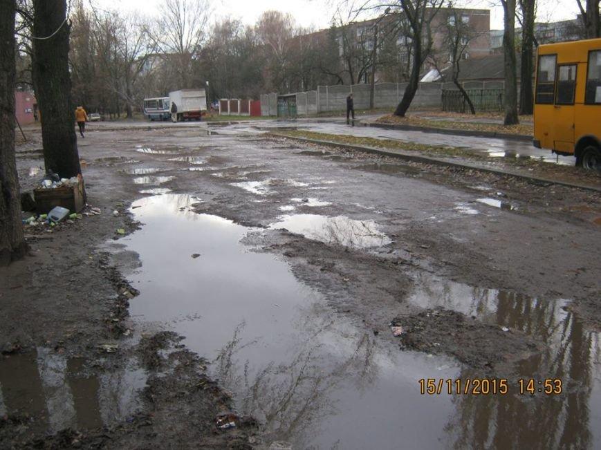 Водители черниговской маршрутки №32 ходят в туалет прямо на остановке, фото-3