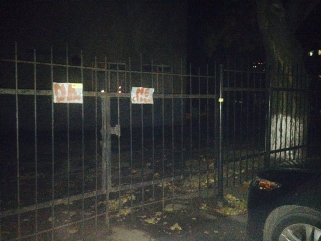 В Одессе главный вход в школу облюбовали под стоянку, а дети ходят через пожарный выход (ФОТО) (фото) - фото 1