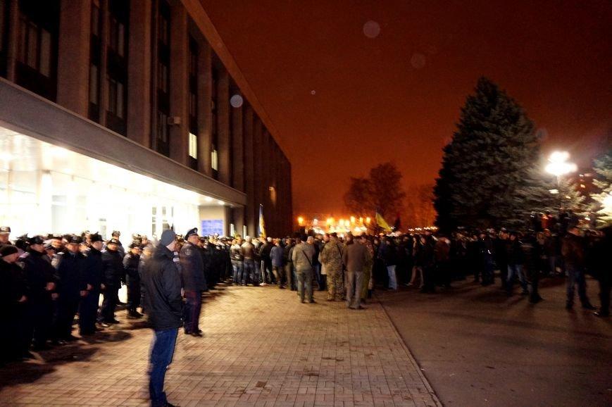 На вечернем и утреннем митингах под криворожским горисполкомом за охраной общественного порядка следили 375 полицейский (фото) - фото 1