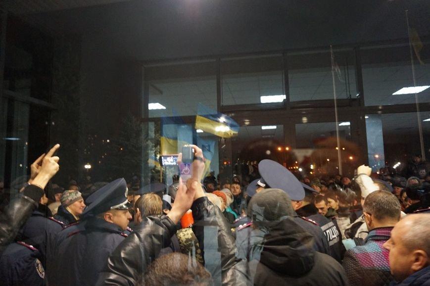 На вечернем и утреннем митингах под криворожским горисполкомом за охраной общественного порядка следили 375 полицейский (фото) - фото 2