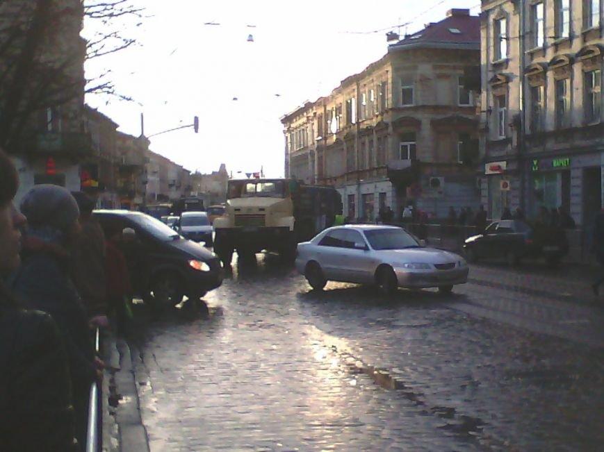 У Львові трамвай зійшов з рейок (ФОТО) (фото) - фото 1