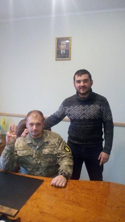Мер Конотопа Артем Семеніхін в робочому кабінеті змінив портрет Порошенка на Степана Бандеру (фото) - фото 1