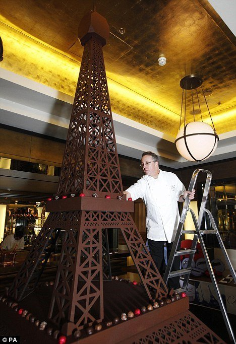 Двухметровую шоколадную Эйфелеву башню симферопольского кондитера покажут в Челябинске (ФОТО) (фото) - фото 1