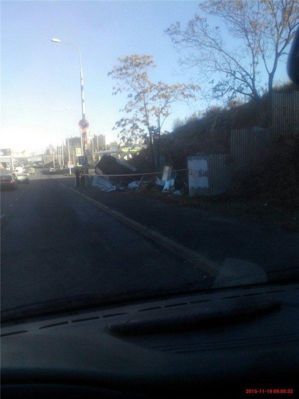 В Одессе на Пересыпи иномарка врезалась в строительный забор и перевернулась (ВИДЕО) (фото) - фото 1
