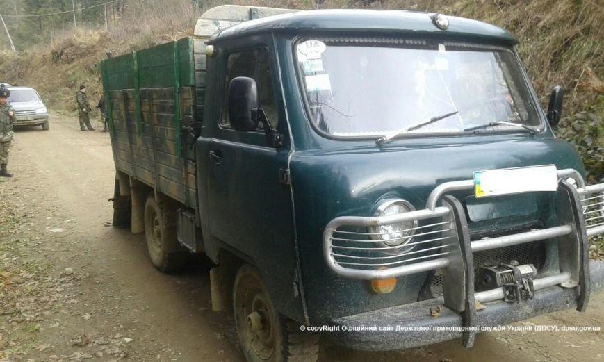 Буковинські прикордонники на гірській дорозі затримали УАЗ з сигаретами (фото) - фото 1