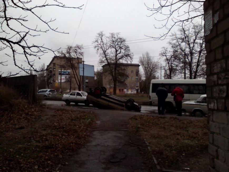 В Запорожье из-за скользкой дороги перевернулась легковушка, – фотофакт (фото) - фото 1
