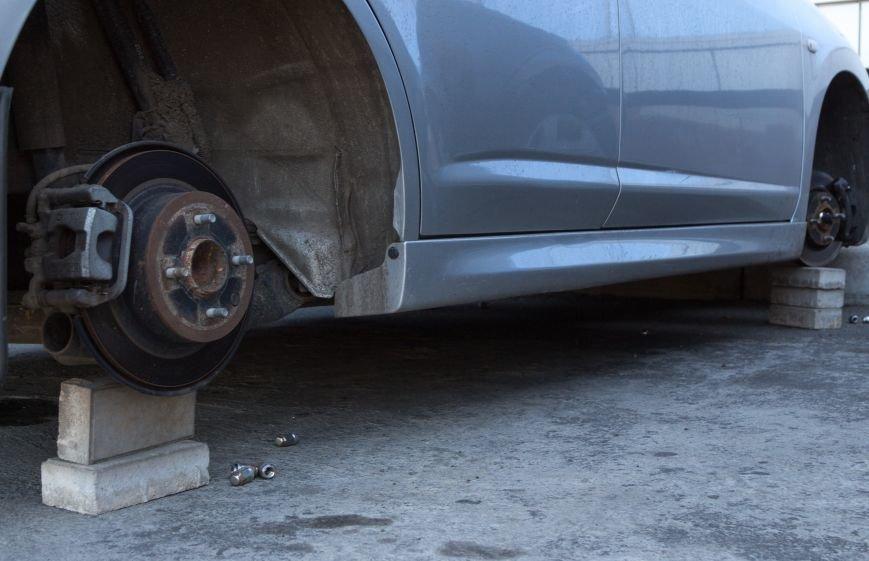 053ca35ae72f00c9aab4a8bce61f75e5 Вежливые воры в Одессе у автомобиля сняли все колеса, но гайки оставили