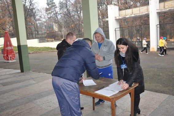 У Чернівцях кандидати до нової поліції вже перейшли до фізичної підготовки (фото) - фото 1