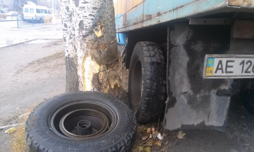 ДТП в Днепропетровске: хлебовозка сбила пешехода и врезалась в дерево (ФОТО), фото-5