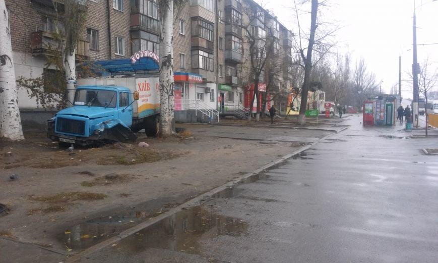 ДТП в Днепропетровске: хлебовозка сбила пешехода и врезалась в дерево (ФОТО), фото-1