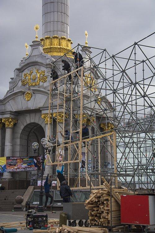 На Майдане начался монтаж сцены к годовщине Революции (ФОТОРЕПОРТАЖ) (фото) - фото 2