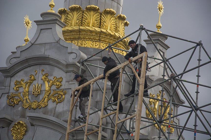 На Майдане начался монтаж сцены к годовщине Революции (ФОТОРЕПОРТАЖ) (фото) - фото 1