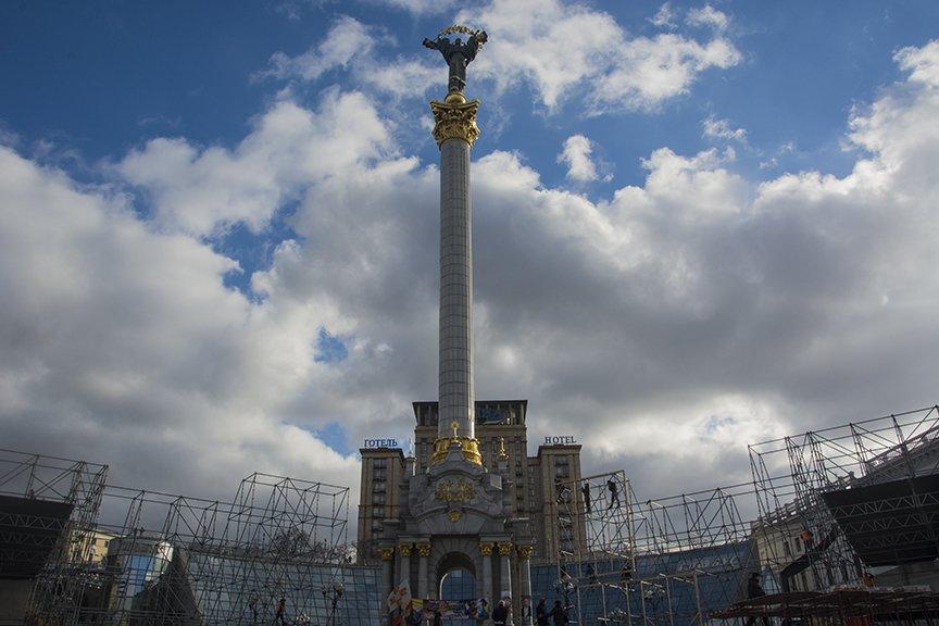 На Майдане начался монтаж сцены к годовщине Революции (ФОТОРЕПОРТАЖ) (фото) - фото 3