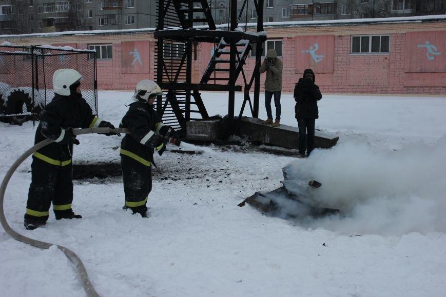 Сыктывкарские журналисты на себе испытали особенности пожарной службы, фото-19