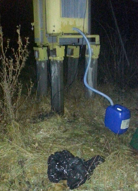 Как кременчугские воры из козельщинского трансформатора масло сливали (ФОТО) (фото) - фото 1