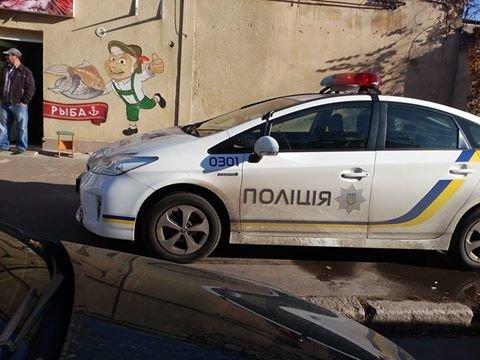 3f17337c45b04bd9292fff31cf2ad26c Служебная необходимость: В Одессе полицейские припарковались на тротуаре и пошли пить кофе