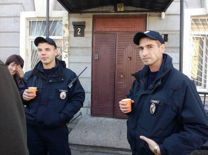 Служебная необходимость: В Одессе полицейские припарковались на тротуаре и пошли пить кофе (ФОТО) (фото) - фото 1